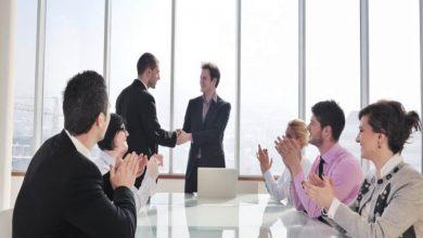 تصویر از آداب دست دادن در محل کار رسمی
